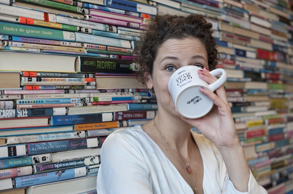 dagmar holtman drinkt koffie in het eemhuis