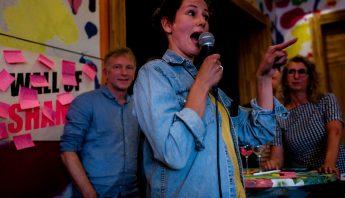 Tekstschrijver Dagmar Holtman tijdens Fuckup Night Amersfoort